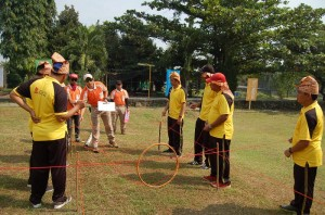 Fasilitator, Co Trainer First Outbound Sedang Briefing dan Observasi Team Building
